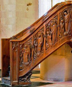 La rampe de l'escalier.