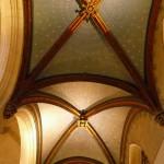Plafond peint bleu-nuit, constellé d'étoiles d'or .